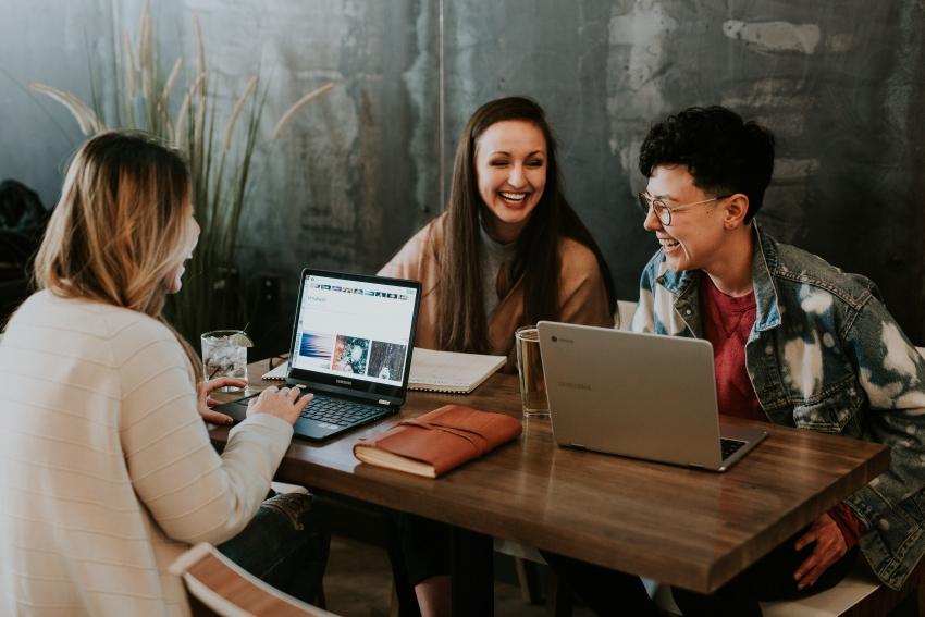 4 patarimai, kaip išlikti mandagiems internetinių diskusijų metu