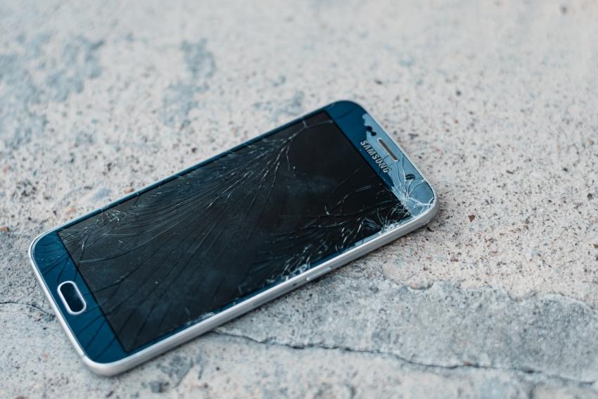 Vasaros pabaiga – telefonų remonto sezono įkarštis: kaip įrenginius apsaugoti iš anksto?
