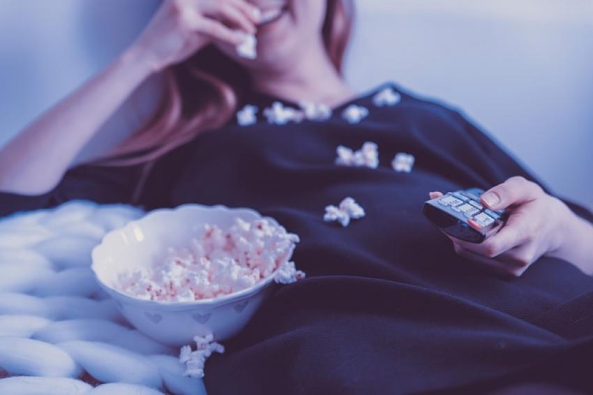 Tyrimas: ar žinote, ką dažniausiai lietuviai veikia žiūrėdami televizorių?