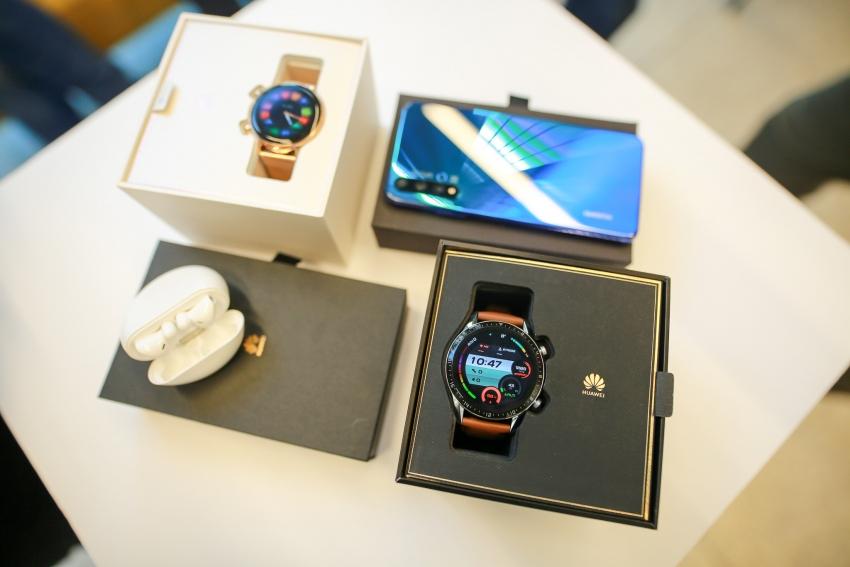 """""""Huawei"""" Lietuvoje pažėrė naujienų: pristatė naują telefoną, ausines ir laikrodį"""