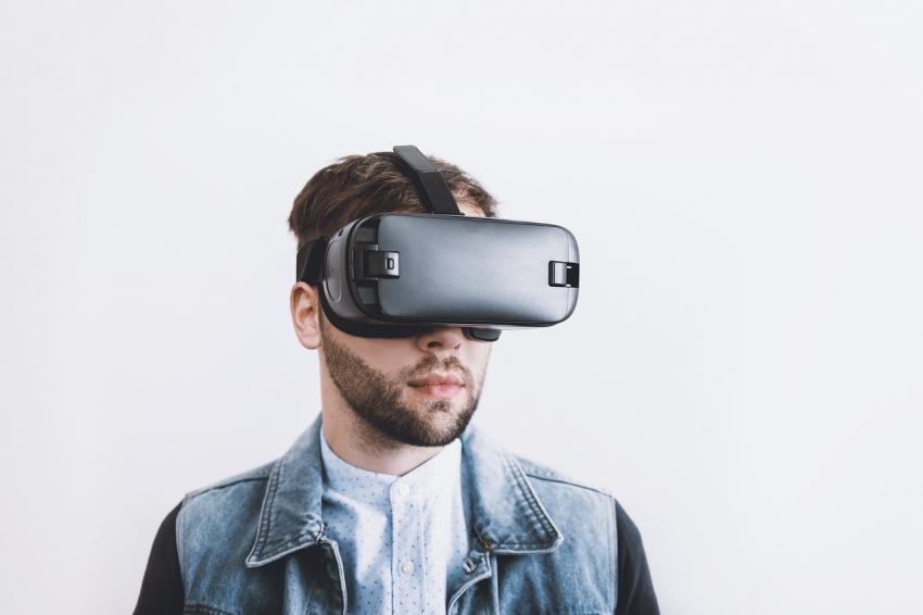 VR akiniai ir žaidimų konsolės: naujausios tendencijos