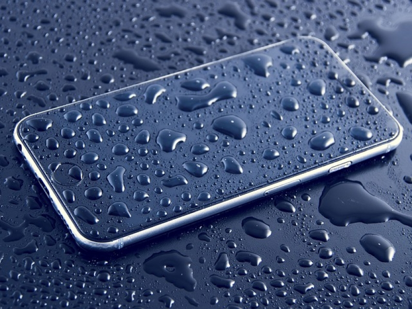 Ką daryti, kai telefonas įkrenta į vandenį? 5 naudinga patarimai.