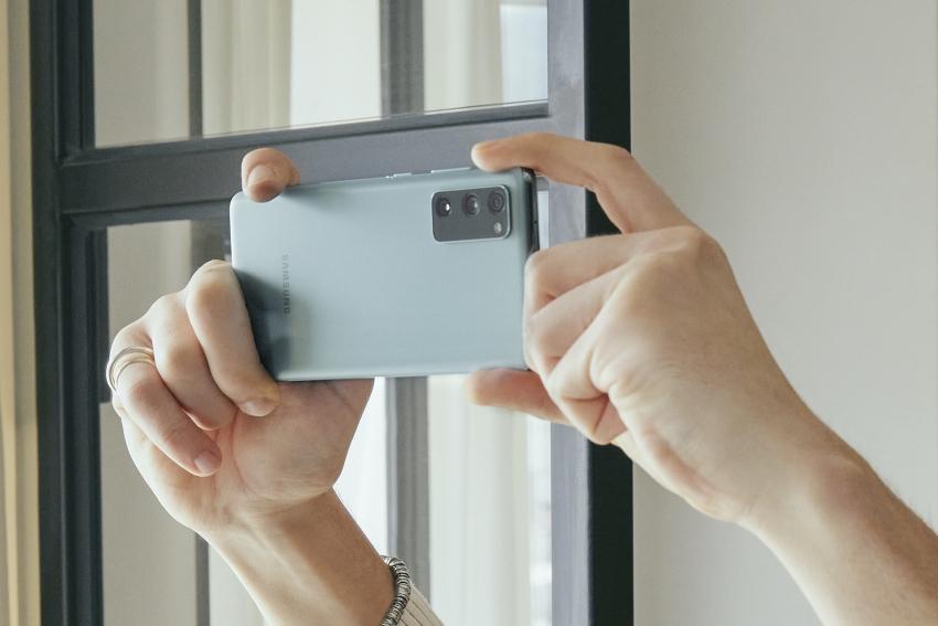 """""""Samsung"""" pristatė tikriems fanams skirtą telefoną """"Galaxy S20 FE"""""""