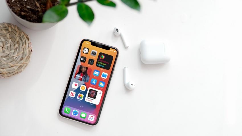 """""""Apple"""" operacinė sistema keičiasi neatpažįstamai: kaip atrodys """"iPhone"""" pradžios ekranas ir kas taupys mūsų laiką"""